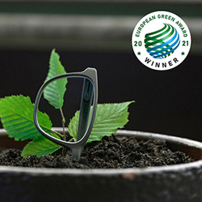 Rolf Substance Brille wächst aus einem Blumentopf zusammen mit grünen Blättern. Ein Sympbol für die Herkunft aus 100 % biologischen Material für die Brille.