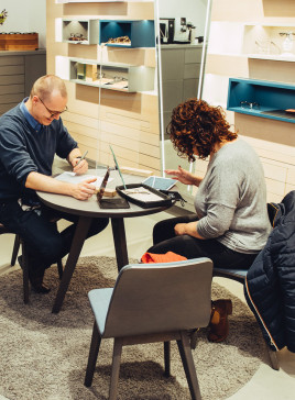 BELLEVUE Mitarbeiterin mit Kundin am Beratungstisch beim Ausfüllen der digitalen Sehanalyse.