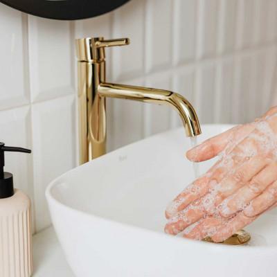 Detailaufnahme von 2 Händen beim Händewaschen mit viel Seife und laufendem Wasser vor dem Kontaktlinsen-Einsetzen.