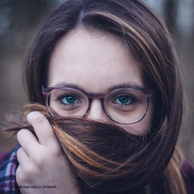 Junge und flexible Augen mit hohen Glasstärken