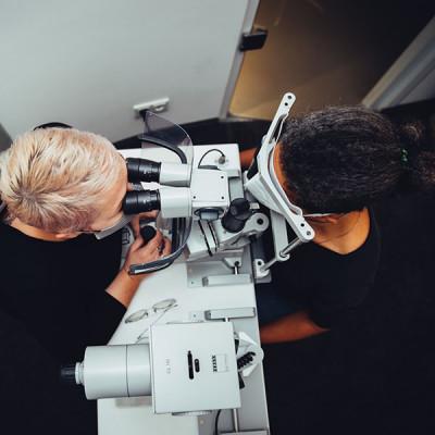 Untersuchung der Augen für die Anpassung von Kontaktlinsen an einer Spaltlampe - Blick aus der Vogelperspektive.