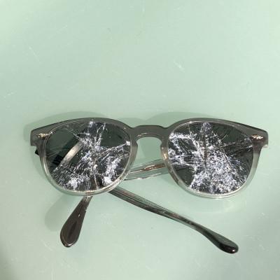 Brillenfassung mit zerbrochenen Brillengläsern und abgebrochenem Brillenbügel.